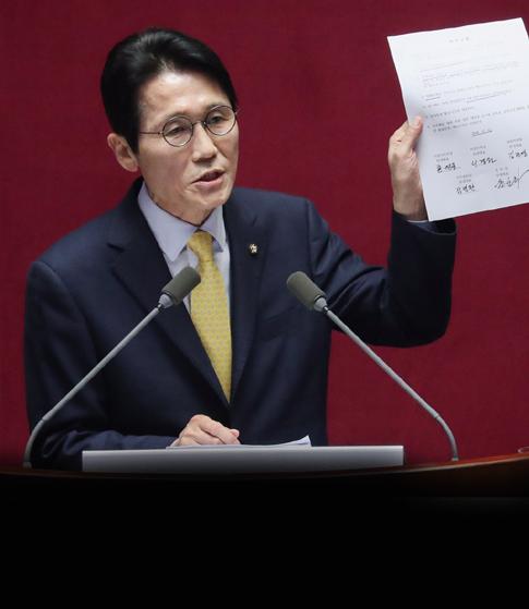 """""""들을 거 없어!"""" 윤소하 연설 3분 만에 집단 퇴장 한국당"""