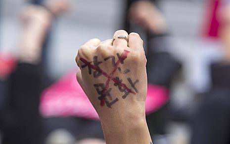 """거리에 누운 30명 여성들 """"경찰도 범죄 공동체다"""""""