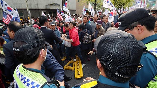 청와대 폴리스라인 무너뜨린 자유한국당