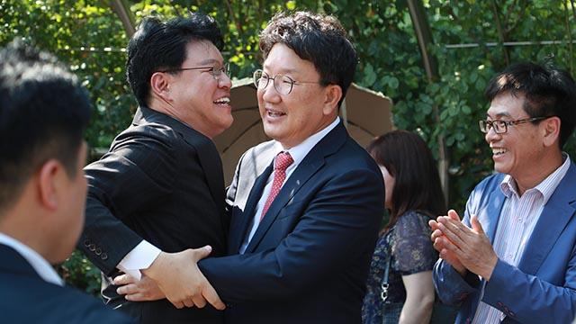 """권성동보다 더 기뻐하는 장제원 """"자유한국당이 살았어"""""""