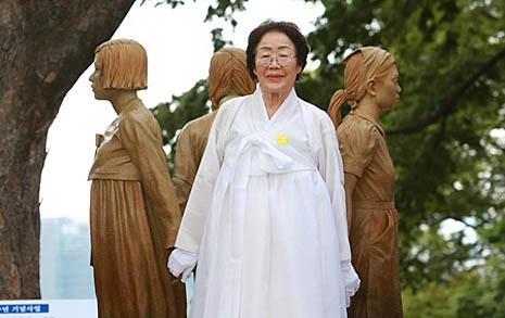 """""""더러운 위안부 소리 분해"""" 기림비 손잡은 할머니"""