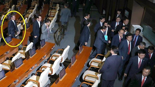 퇴장하는 한국당 의원들 따라가 악수하는 문재인 대통령