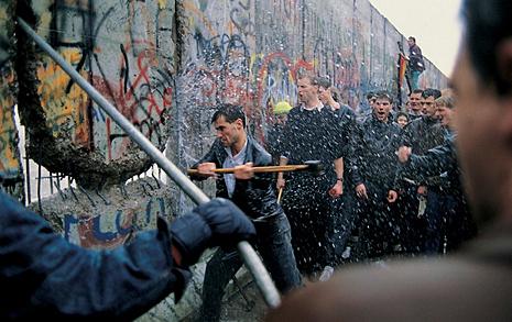 베를린 장벽 붕괴 30주년  동독 주민은 패배자인가