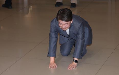 """안철수, 넙죽 큰절 """"중도정치... 총선 출마 안한다"""""""