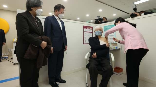 백신 접종 지켜보는 문재인 대통령과 정은경 청장
