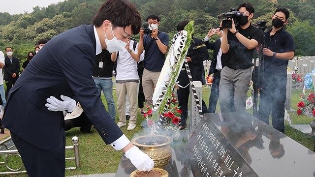 천안함 묘역서 분향하는 이준석 대표