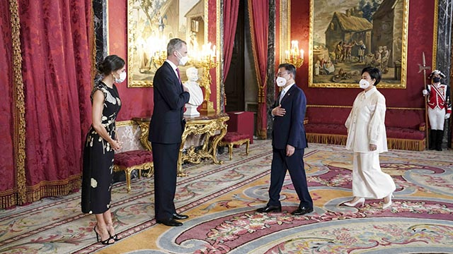 스페인 국왕 내외와 인사하는 문재인 대통령 내외