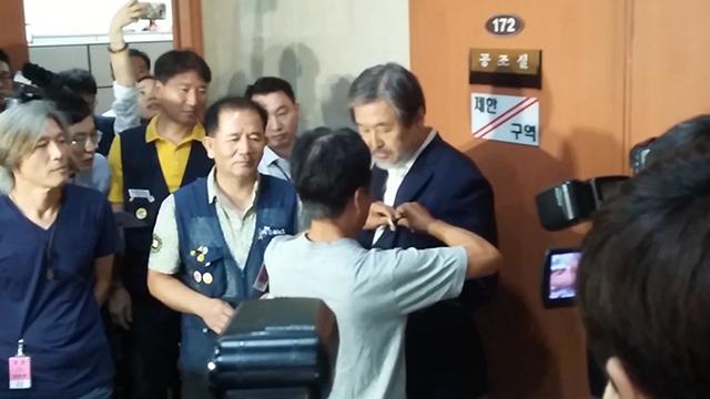 """[레알영상] 노조 비판했던 김무성 '노조 배지' 달고 """"사과"""""""