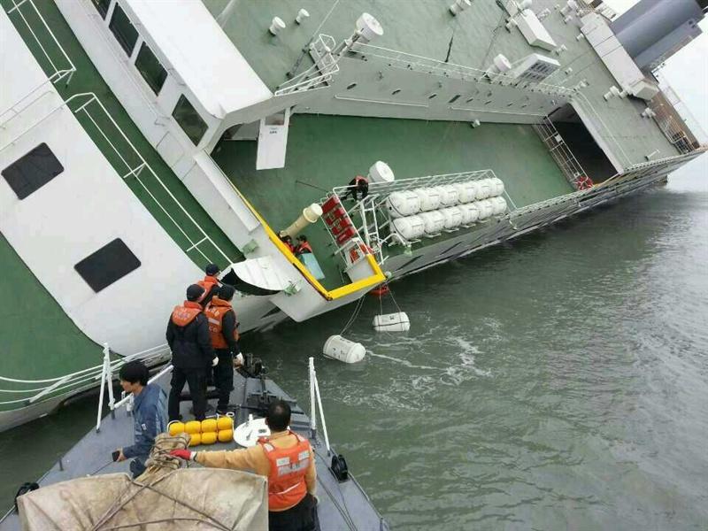 16일 오전 제주도 수학여행길에 오른 안산 단원고 학생을 비롯한 459명을 태운 여객선 '세월호'가 전남 진도군 조도면 병풍도 북쪽 20km 해상에서 침몰하는 사고가 발생했다. 사진은 해양경찰청이 공개한 구조작업 모습이다.