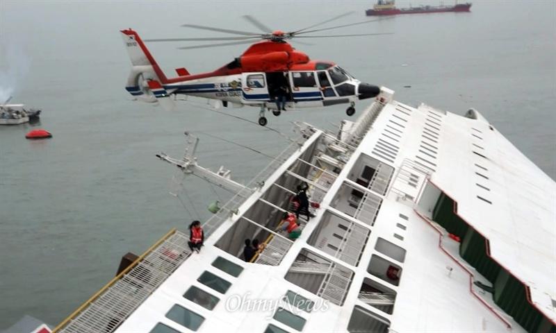 16일 오전 안산 단원고 수학여행 학생과 여행객 등을 태우고 제주도로 향하던 여객선 '세월호'가 전남 진도 인근 해역에서 침몰하는 가운데 긴급 출동한 해경이 구조작업을 벌이고 있다.