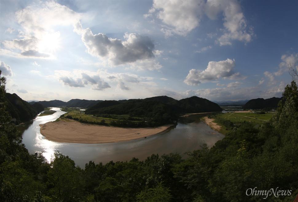 26일 오후 낙동강 상류인 경북 예천군 삼강전망대에서 바라본 낙동강의 모습.
