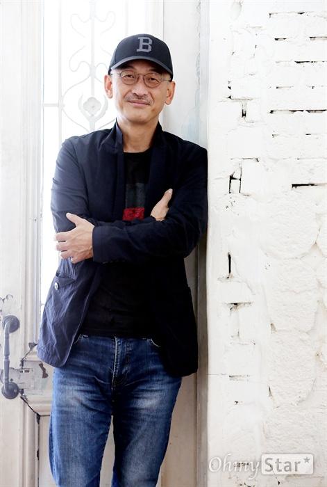 영화<사도>의 이준익 감독이 10일 오전 서울 팔판동의 한 카페에서 포즈를 취하고 있다.