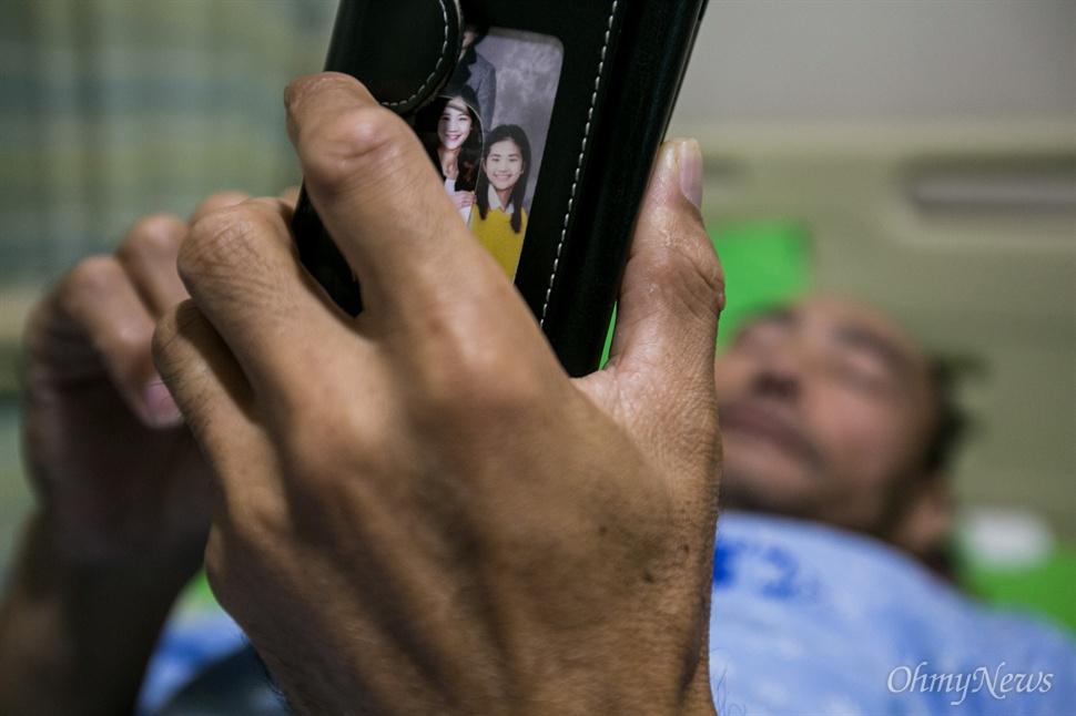 허다윤 양의 아빠 허흥환씨는 추석을 팽목항에서 보내던 중 허리에 디스크 증세가 나타나 서울의 한 병원에 입원해 치료를 받기 시작 했다. 병석에 누운 다윤 아빠의 핸드폰 케이스에는 두 딸과 함께 찍은 가족사진을 항상 꽂혀 있다.