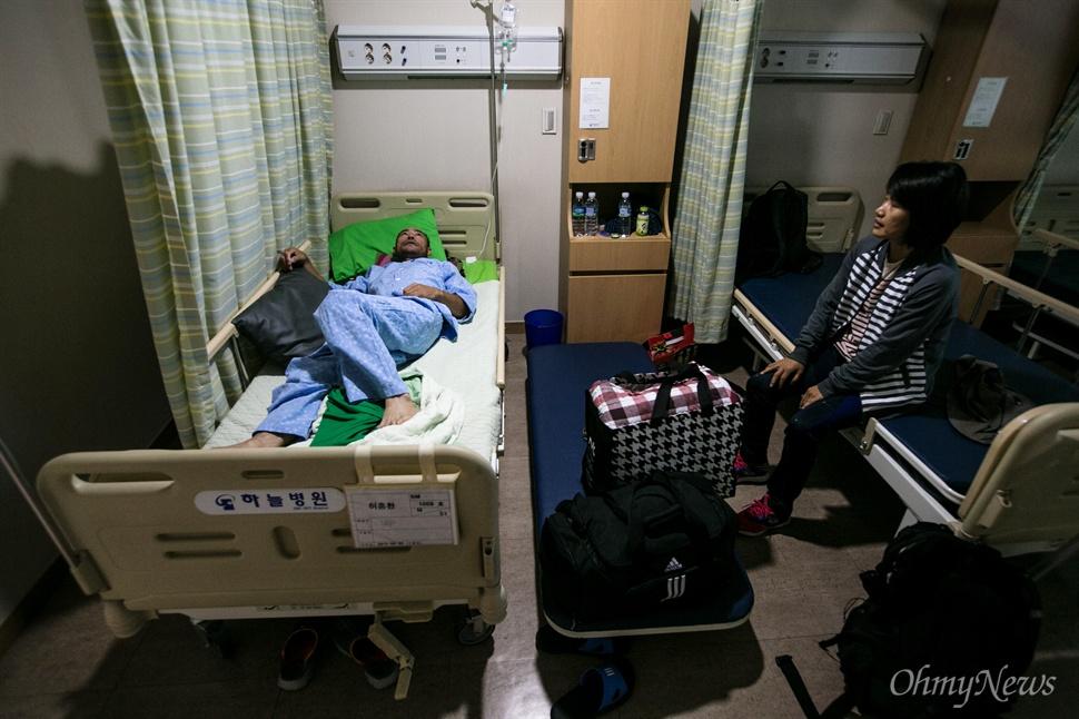 """다윤이의 생일 10월 1일, 다윤이 엄마 박은미씨는 병원에 입원한 남편을 찾았다. 생일 상을 큰 딸에게 맞긴 다윤 엄마는 """"도저히 교실에는 못가겠어요""""라며 눈물을 글썽였다."""