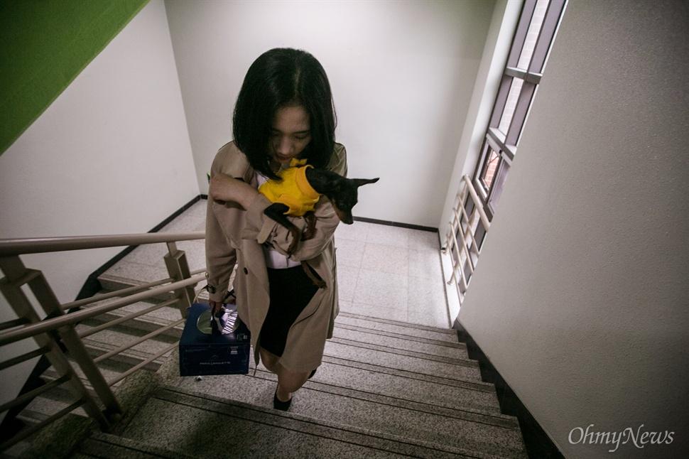 다윤이 언니 허서윤씨는 다윤이가 키우던 애완견 깜비를 안고 단원고 교실을 찾았다.