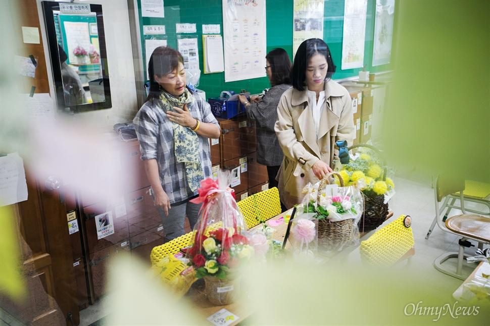 다윤이를 그리워하던 두 이모는 다윤이 언니 허서윤씨와 함께 엄마를 대신해 생일 상을 책상위에 차리며 계속해 가슴을 쓸어 내렸다.