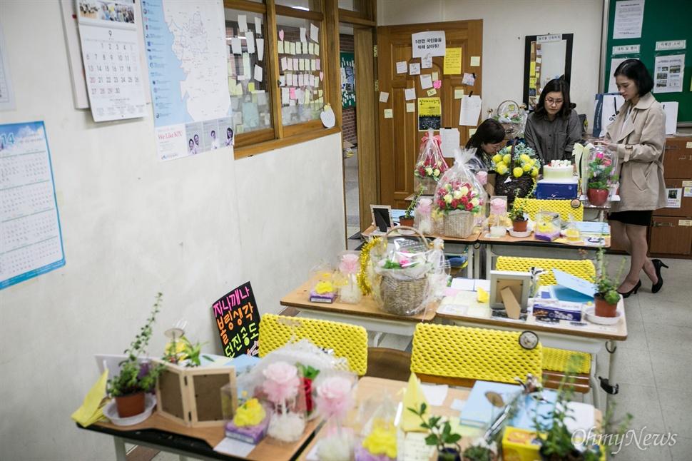 다윤이 이모들과 언니가 책상 위에 생일상을 차리기 시작했다.
