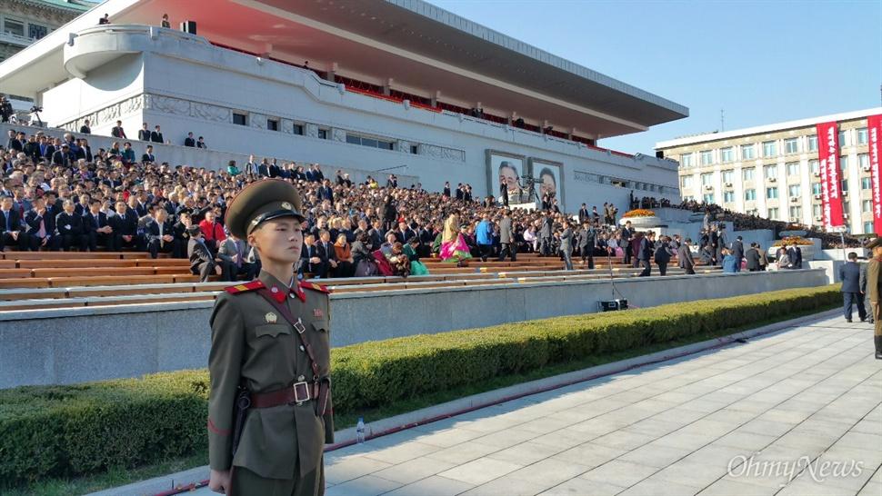 10일 김일성 광장에서 조선노동당 창건 70년 기념 열병식이 열렸다. 오후 3시께, 관중들이 입장하고 있다.