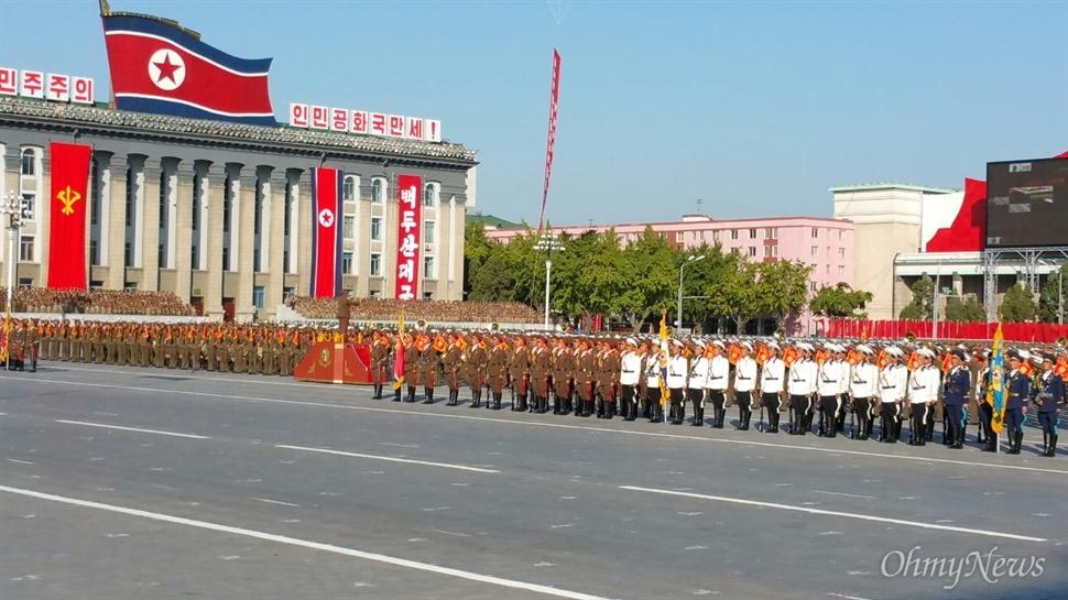 10일 김일성 광장에서 열린 조선노동당 창건 70년 기념 열병식 현장.