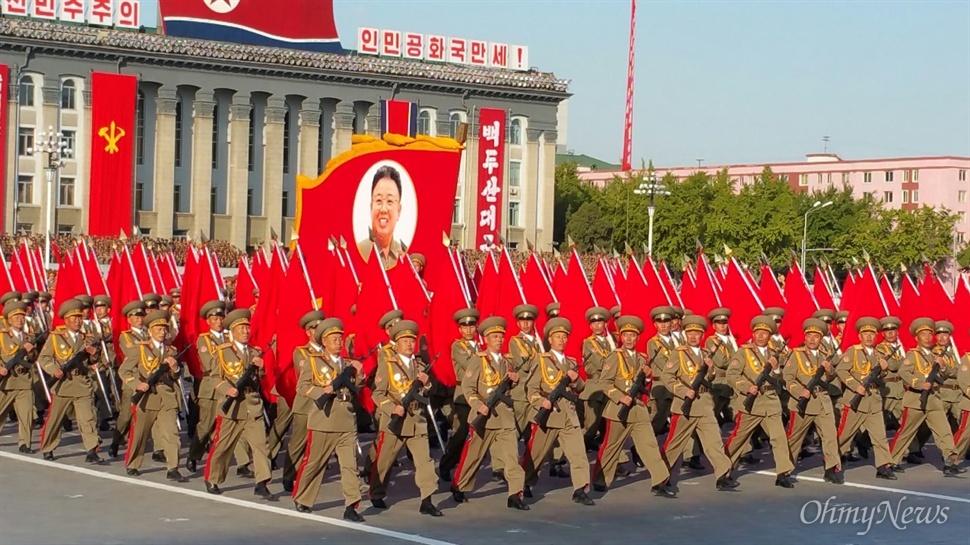 인민군의 행진 모습. 깃발 모양의 구조말 안에는 김정일 위원장의 얼굴이 담겨 있다.