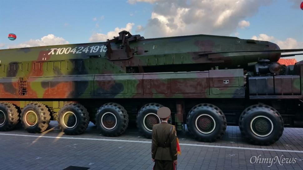 조선노동당 창건 70년 기념 열병식 현장에서 공개된 KN-08 탄도미사일. KN-08은 지난 2012년 4월 15일 김일성 100회 생일 기념 열병식에서 처음 공개됐을 때는 탄두 형태가 뾰족했으나 이번에는 둥근 형태로 개량한 것으로 보인다고 한국 군 당국은 분석했다.