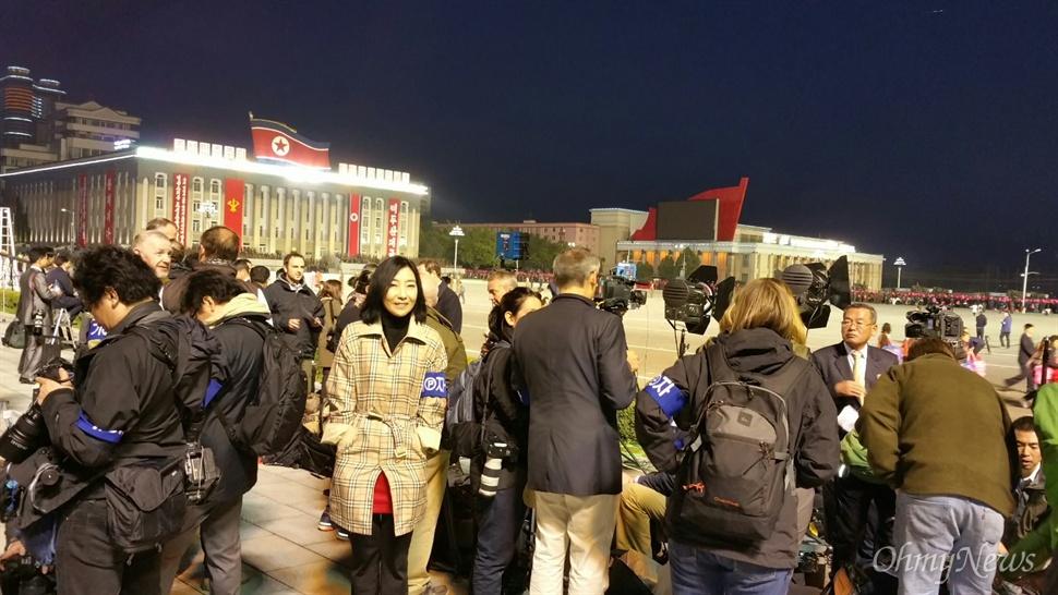 조선노동당 창건 70년 기념 열병식이 종료된 뒤 외신기자들이 현장에서 철수하고 있는 모습.