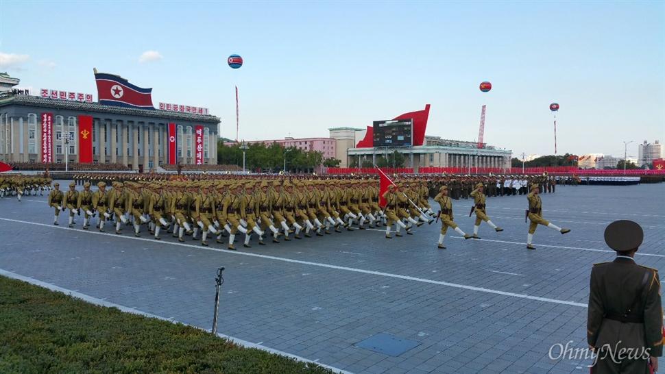 조선노동당 창건 70년 기념 열병식 중 행진의 첫머리를 장식한 항일 유격대.
