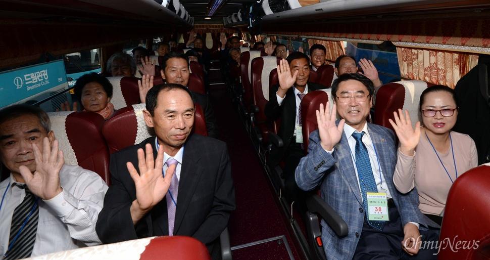 20일 오전 제20차 이산가족상봉행사에 참가하는 남측 상봉단이 북측의 가족을 만나기 위해 속초 한화리조트를 떠나 금강산으로 향하며 손을 흔들고 있다.