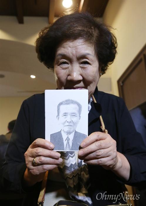 제20차 이산가족상봉 행사를 하루 앞둔 19일 오후 강원 속초시 한화리조트에 도착한 남측방문단 가족 중 김용분 할머니가 금강산에서 만날 북에 있는 오빠 김용득씨의 사진을 들어보이고 있다.