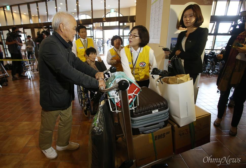 제20차 이산가족상봉 행사를 하루 앞둔 19일 오후 강원 속초시 한화리조트에 도착한 남측방문단 가족들이 등록 안내를 받고 있다.