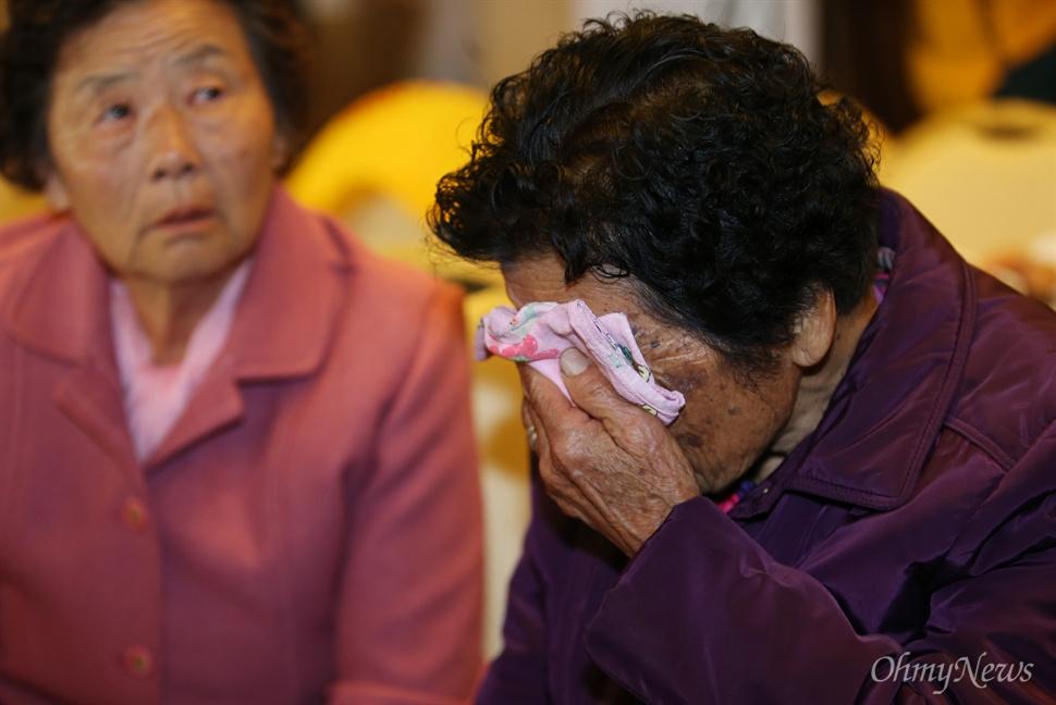 제20차 이산가족상봉행사를 하루 앞둔 19일 오후 강운도 속초시 한화리조트 등록 접수대 앞에서 정순화 정옥자 자매가 북에 있는 오빠 정세환을 만날 생각에 눈시울을 붉히고 있다.
