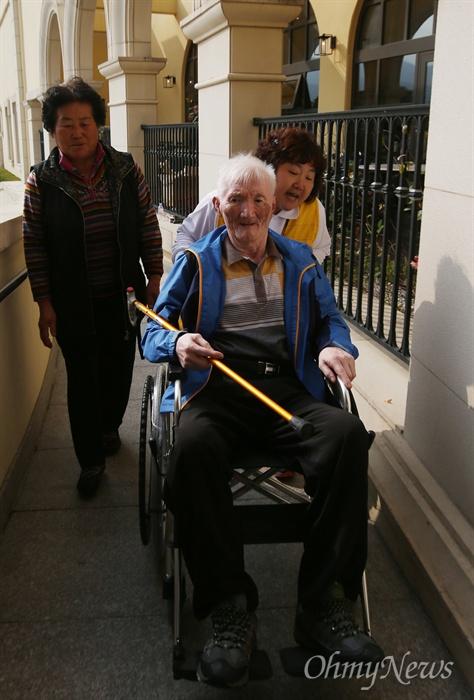 제20차 이산가족상봉 행사를 하루 앞둔 19일 오후 강원 속초시 한화리조트에 남측방문단 서병곤 할아버지가 휠체어를 탄 채 도착하고 있다. 서 할아버지는 북에 있는 형 서병연씨를 만날 예정이다.