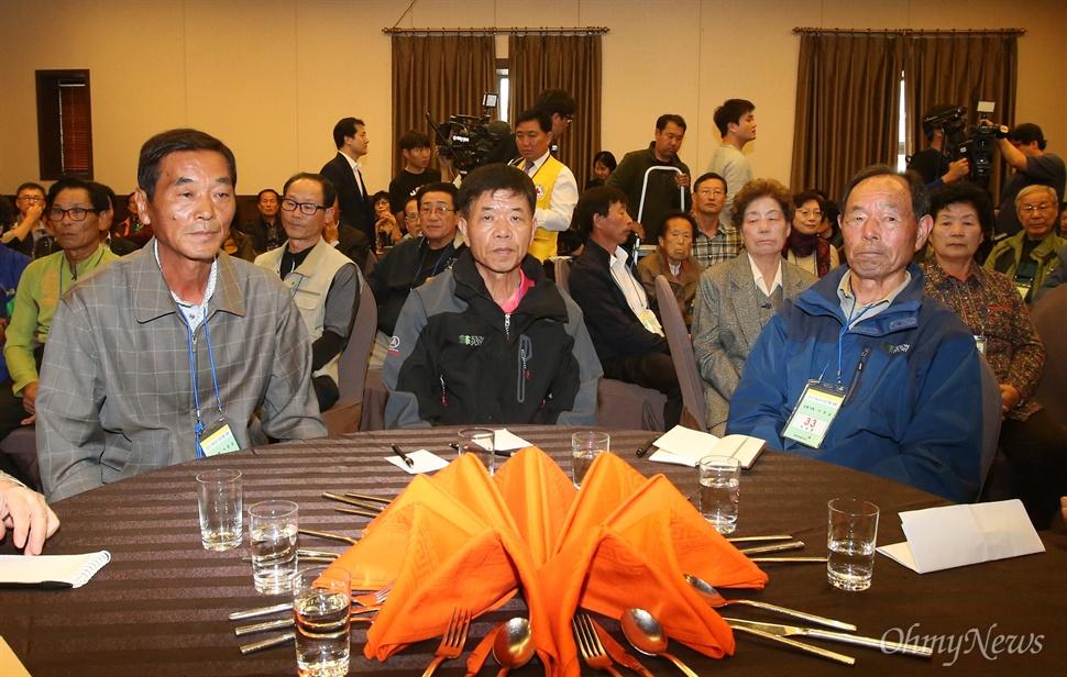제20차 이산가족상봉행사를 하루 앞둔 19일 오후 강원도 속초시 한화리조트에서 남쪽방문단 가족들이 방북교육을 받고 있다.