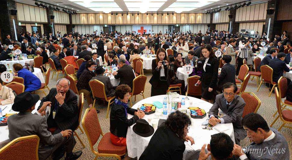 20일 강원도 고성 금강산에서 열린 제20차 남북이산가족상봉 1차 단체상봉행사가 이산가족면회소에서 열리고 있다.