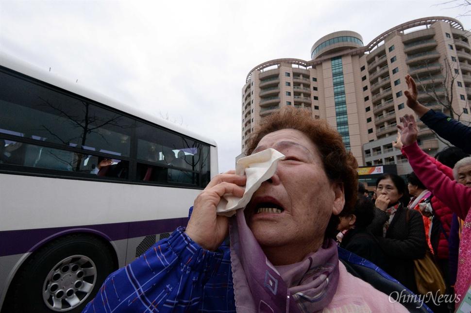 22일 강원도 고성 금강산 이산가족면회소에서 열린 제20차 남북이산가족상봉 작별상봉을 마친후 북측 가족들이 버스에 탑승한 가운데 남측 가족들이 눈물로 배웅하고 있다.