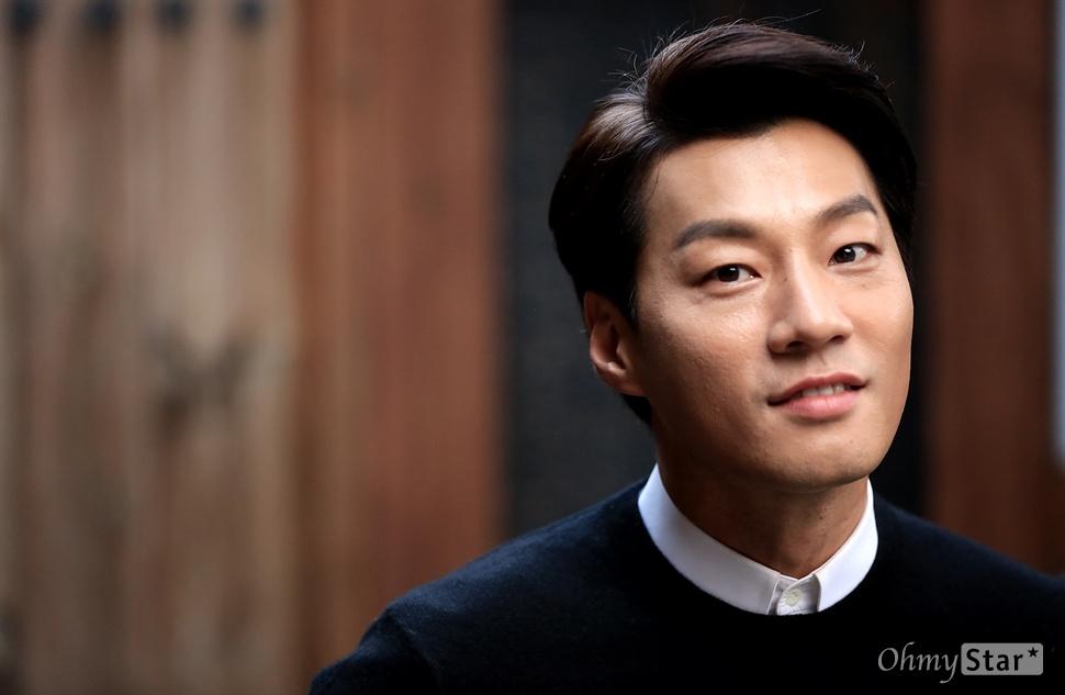 영화 <돌연변이>에서 돌연변이 상원 역 배우 이천희가 19일 오후 서울 삼청동의 한 카페에서 포즈를 취하고 있다.