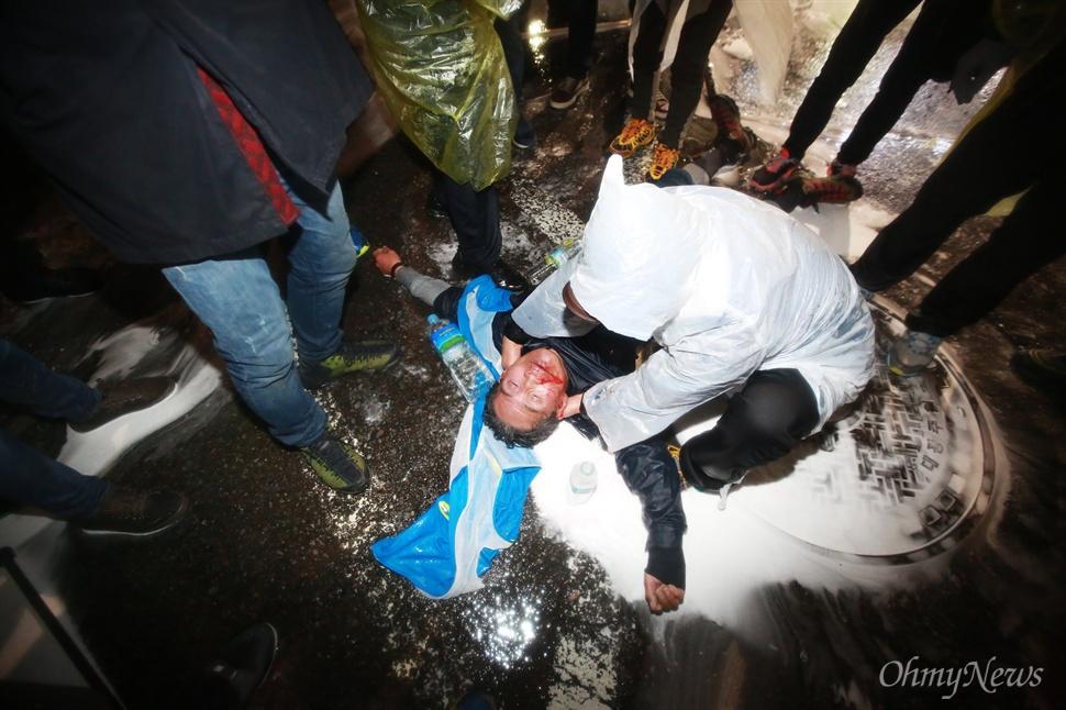 살인적인 물대포 맞은 농민 민중총궐기 대회가 열린 14일 오후 서울 종로1가 종로구청입구 사거리에서 시위를 벌이던 69세 농민 백남기씨가 경찰이 쏜 강력한 수압의 물대포를 맞고 쓰러졌다. 경찰은 쓰러진 농민에게 한동안 계속 물대포를 쐈다. 입에서 피를 흘리는 이 농민은 시민들의 도움으로 구급차를 타고 병원으로 이송되었다.