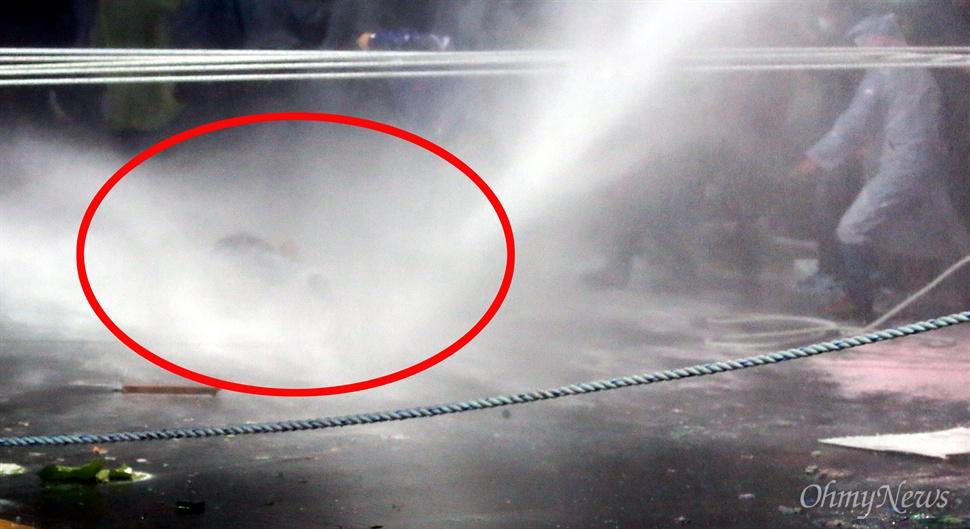 실신한 농민에게 계속 쏟아지는 물대포 민중총궐기 대회가 열린 14일 오후 서울 종로1가 종로구청입구 사거리에서 시위를 벌이던 69세 농민 백남기씨가 경찰이 쏜 강력한 수압의 물대포를 맞고 쓰러졌다. 경찰은 쓰러진 농민에게 한동안 계속 물대포를 쐈다. 입에서 피를 흘리는 이 농민은 시민들의 도움으로 구급차를 타고 인근 서울대병원으로 이송되었으나, 뇌수술을 받고 위중한 상태이다.