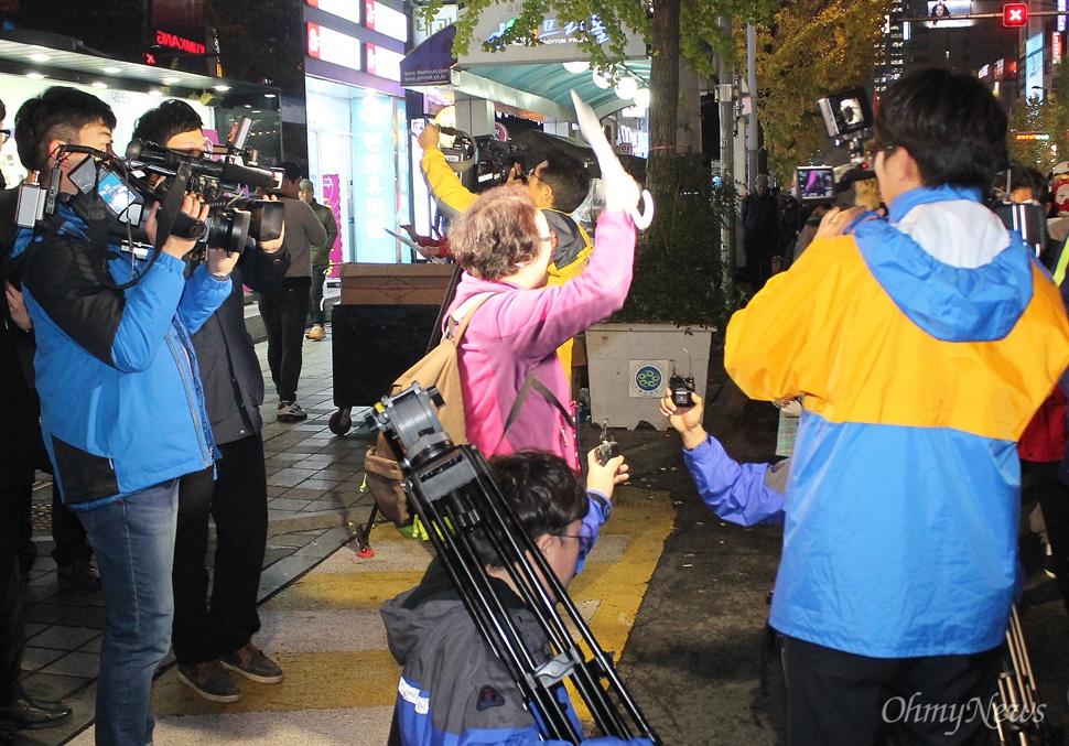 2일 저녁 부산 서면에서 열린 박근혜 정부 규탄 집회에는 참가자들이 이른바 '복면방지법'을 비판하는 의미에서 저마다 가면을 쓴 채 참석해 눈길을 끌었다. 이를 못마땅하게 지켜보던 한 노인은 우산으로 이들의 가면을 벗겨내는 등 행패를 부렸고, 종편 카메라는 이 모습을 담았다.