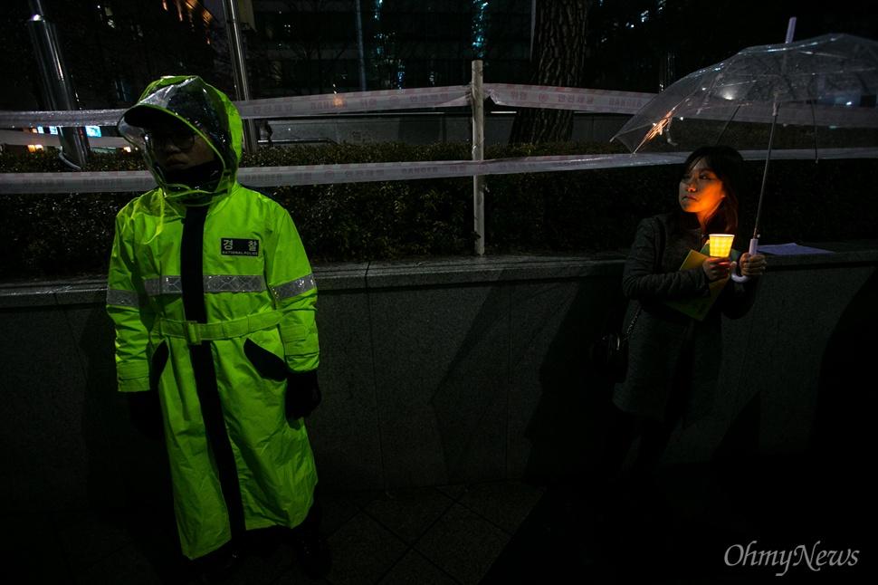 30일 오후 서울 종로구 일본대사관 앞에서 평화나비 네트워크 등 대학생들이 비를 맞으며 평화의 소녀상 주변 자리를 지키고 있다.