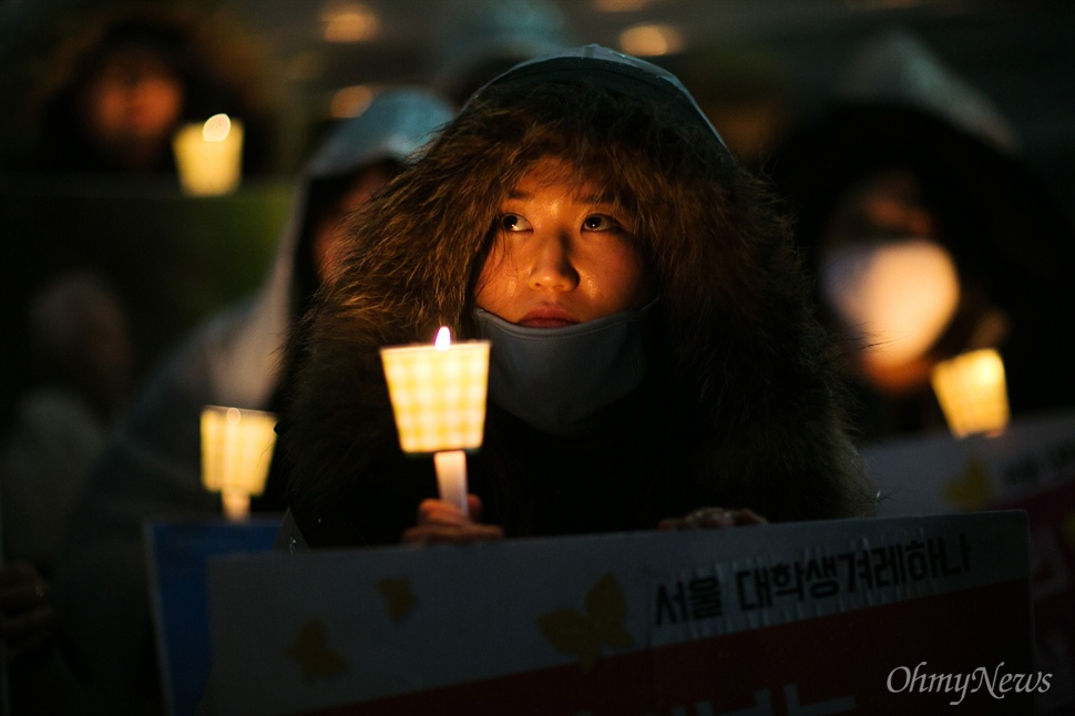 '평화의 소녀상 우리가 지켜요' 30일 오후 서울 종로구 일본대사관 앞에서 평화나비 네트워크 등 대학생들이 비를 맞으며 평화의 소녀상 주변 자리를 지키고 있다.
