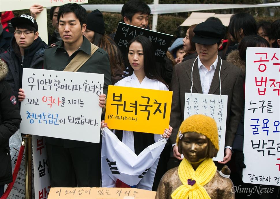 30일 오후 서울 종로구 일본대사관 앞에서 평화나비 네트워크 등 대학생들이 평화의 소녀상 비를 맞으며 주변 자리를 지키고 있다.