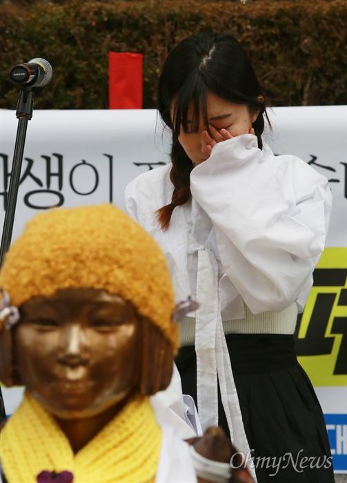 눈물 흘리는 소녀상 지킴이 2일 오후 종로구 일본대사관앞 일본군위안부 소녀상(평화비)주위에서 한일협상을 규탄하고 소녀상을 지키기 위한 예술행동을 진행하던 한 참가자가 눈물을 흘리고 있다.