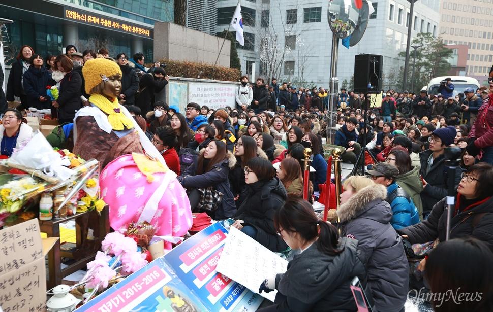 """""""한일협상 폐기"""" 제1차 토요시위 시작 일본군위안부 한일협상 무효와 소녀상(평화비)을 지키기 위한 제1차 토요시위가 2일 오후 서울 종로구 일본대사관앞에서 대학생과 시민들이 참여한 가운데 열렸다. 이날 집회에는 일본군위안부 피해자인 김복동 할머니도 참석해 학생들을 격려하며 끝까지 함께 싸울 것을 다짐했다."""