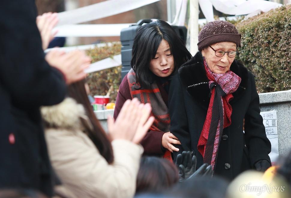 박수받으며 입장하는 김복동 할머니 일본군위안부 한일협상 무효와 소녀상(평화비)을 지키기 위한 제1차 토요시위가 2일 오후 서울 종로구 일본대사관앞에서 대학생과 시민들이 참여한 가운데 열렸다. 이날 집회에는 일본군위안부 피해자인 김복동 할머니도 참석해 학생들을 격려하며 끝까지 함께 싸울 것을 다짐했다.