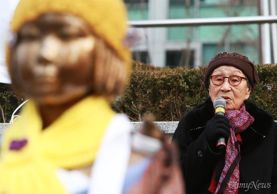 일본군위안부 한일협상 무효와 소녀상(평화비)을 지키기 위한 제1차 토요시위가 2일 오후 서울 종로구 일본대사관앞에서 대학생과 시민들이 참여한 가운데 열렸다. 이날 집회에는 일본군위안부 피해자인 김복동 할머니도 참석해 학생들을 격려하며 끝까지 함께 싸울 것을 다짐했다.