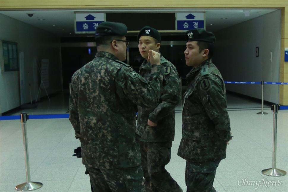 북한 전원 추방 조치에 대비하는 군인들 북한이 남한 정부의 개성공단 가동 전면 중단 조치 하루만에 개성공단 입주기업 인원을 전원 추방한다고 발표한 가운데, 11일 오후 경기도 파주 경의선남북출입국사무소에서 군인들이 만일의 사태에 대비 분주히 움직이고 있다. 군인 뒤로 출경 절차가 이뤄지는 통로에 불이 꺼져 있다.