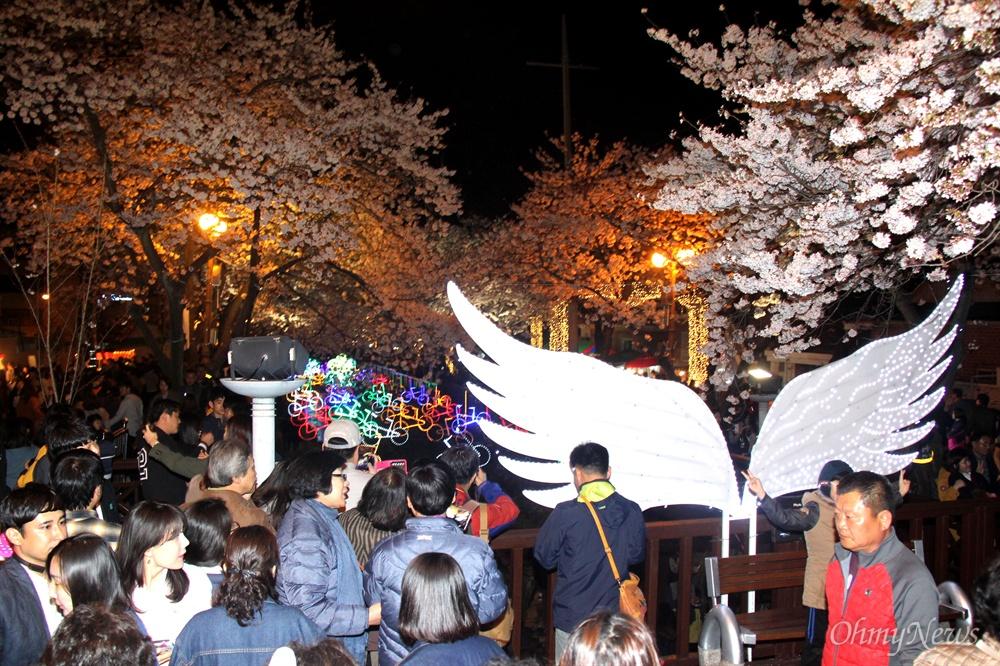 1일 밤 진해 여좌천에 많은 관광객들이 벚꽃 야경을 구경하기 위해 몰려들었다.