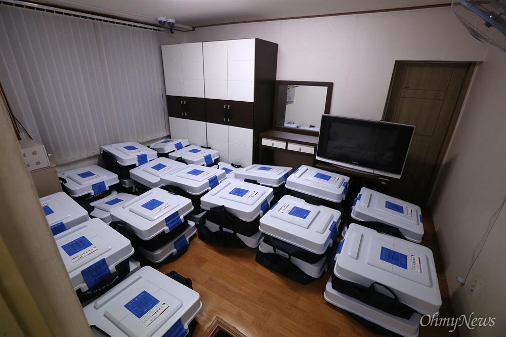 잠금장치와 CCTV 설치된 방에 보관되는 영등포구 사전투표용지 9일 오후 서울 영등포구 당산동 영등포선관위 사무실에 8~9일 실시된 20대총선 사전투표용지가 도착하고 있다. 오는 13일 투표일까지 사전투표용지가 보관될 방에는 보안카드와 얼굴인식 시스템이 작동되는 잠금장치가 설치되어 있고, 방안에는 CCTV가 설치되어 있다.
