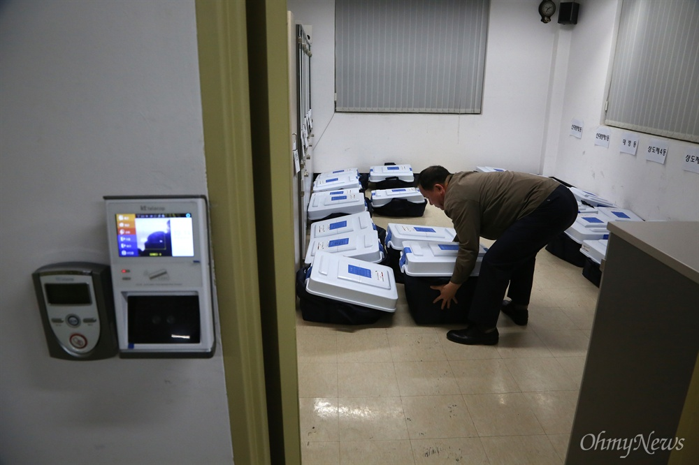 선관위 사무실 도착한 사전투표함 9일 오후 서울 영등포구 당산동 동작구선관위 사무실에 8~9일 실시된 20대총선 사전투표함이 도착했다. 오는 13일 투표일까지 사전투표용지가 보관될 방에는 보안카드와 얼굴인식 시스템이 작동되는 잠금장치가 설치되어 있고, 방안에는 CCTV가 설치되어 있다.